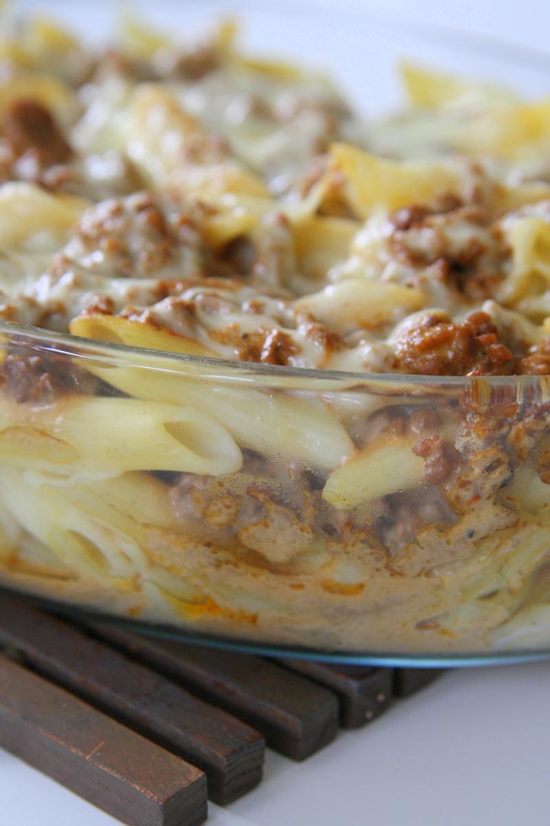 pastagratäng med köttfärs och ostsås