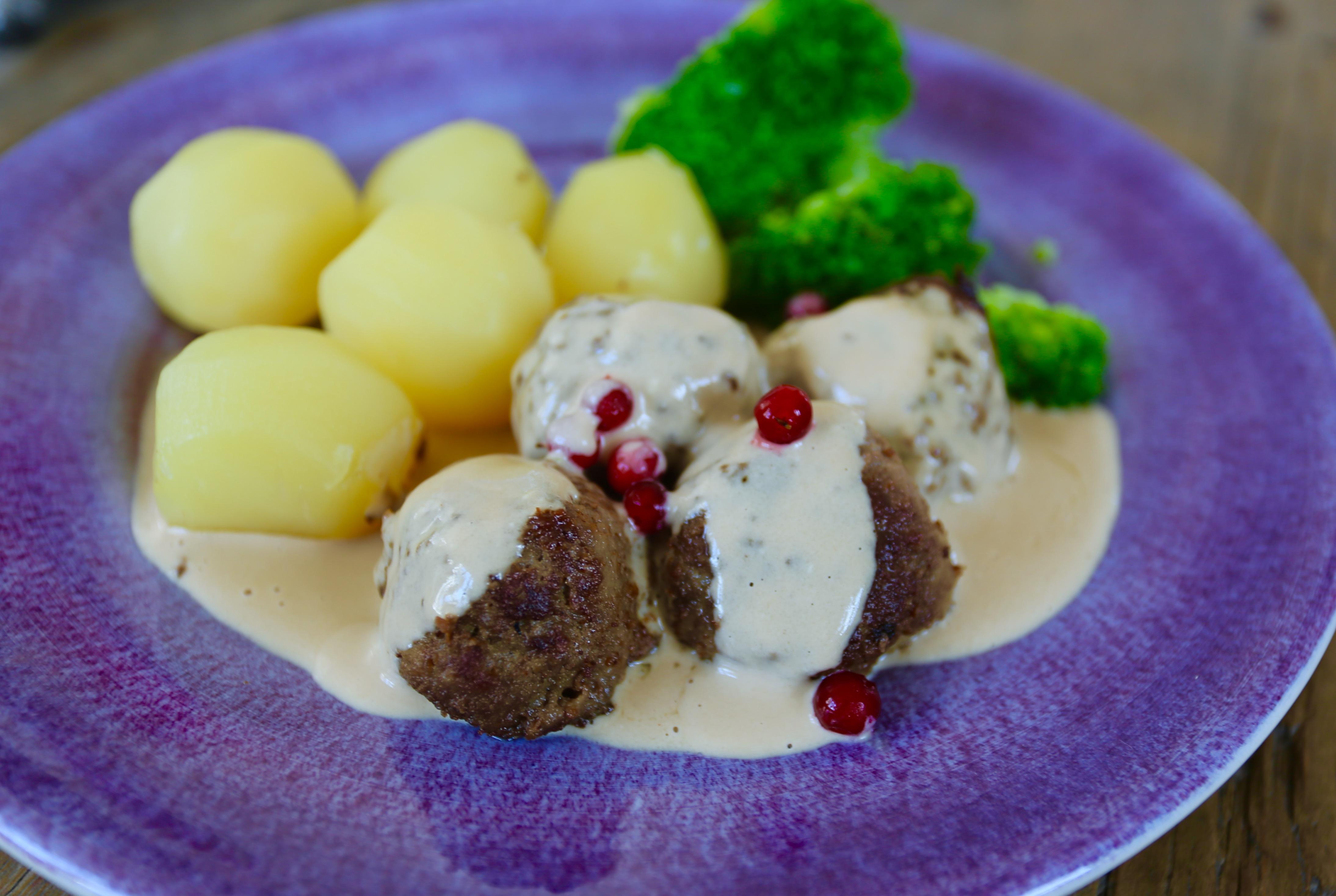 köttbullar med kokt potatis